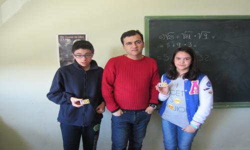 El director hace entrega del carné de calculista a dos alumnos de 1º ESO E